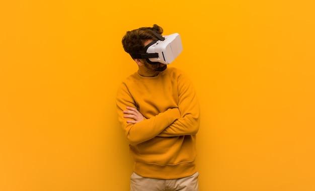 Giovane uomo che indossa un occhiali per realtà virtuale Foto Premium