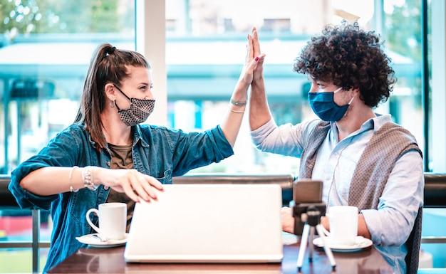 Giovani milenial influencer allo spazio di coworking con maschera facciale Foto Premium