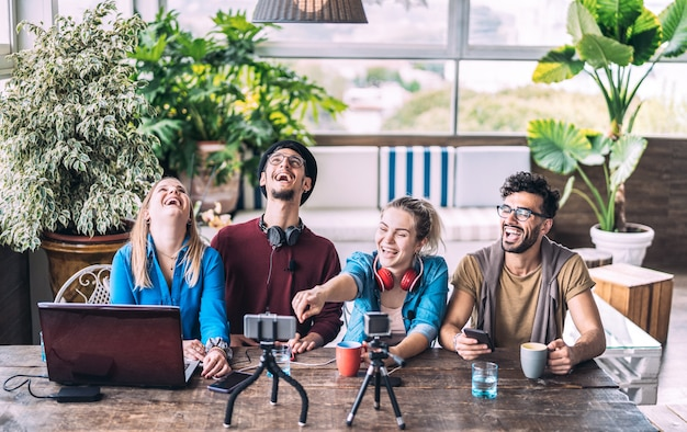 Giovani amici millenari che condividono contenuti creativi online durante la sessione di vlogging Foto Premium