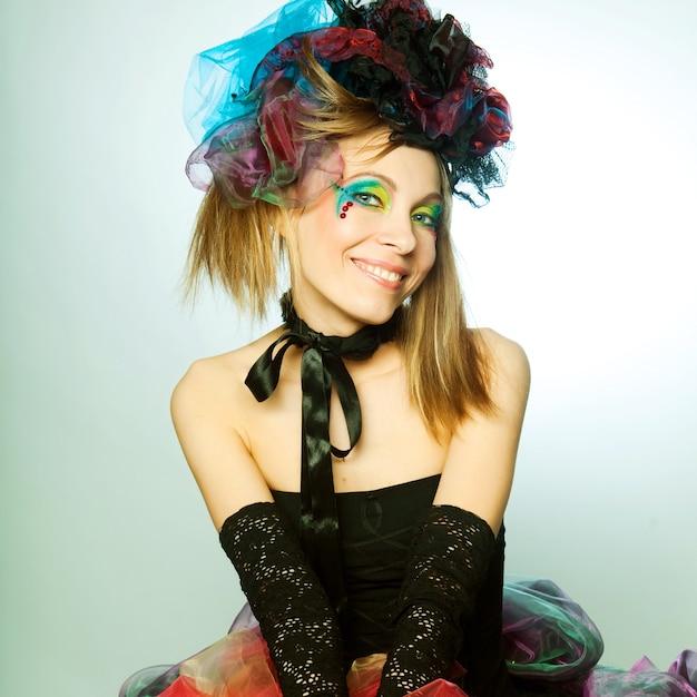 Giovane modella in abito da carnevale con trucco creativo. stile bambola. Foto Premium