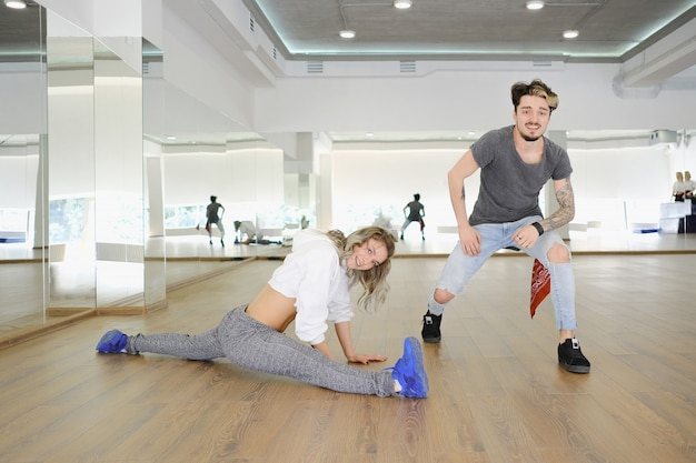Giovani ballerini moderni che ballano nello studio Foto Premium