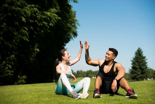 Giovani che praticano sport all'aperto Foto Premium