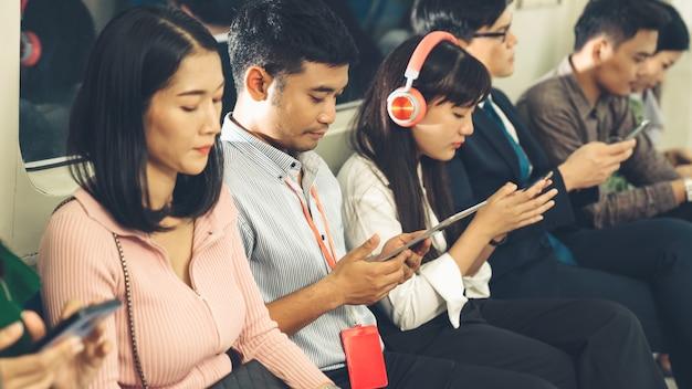 I giovani che utilizzano il telefono cellulare in metropolitana pubblica Foto Premium
