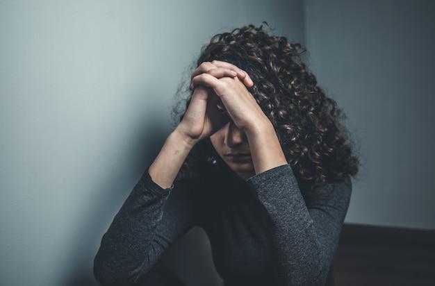 Giovane donna di preghiera Foto Premium