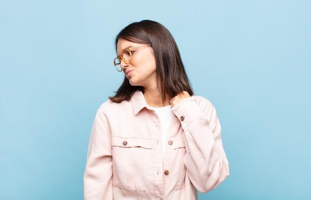 Giovane donna graziosa che si sente stressata, ansiosa, stanca e frustrata Foto Premium