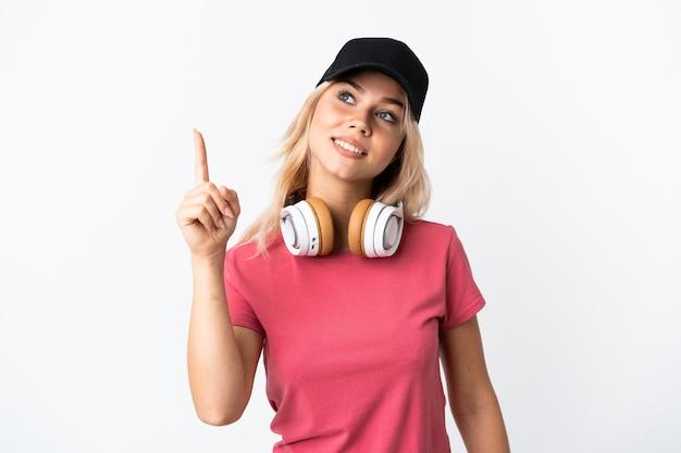 Musica d'ascolto della giovane donna russa isolata su bianco che indica su una grande idea Foto Premium