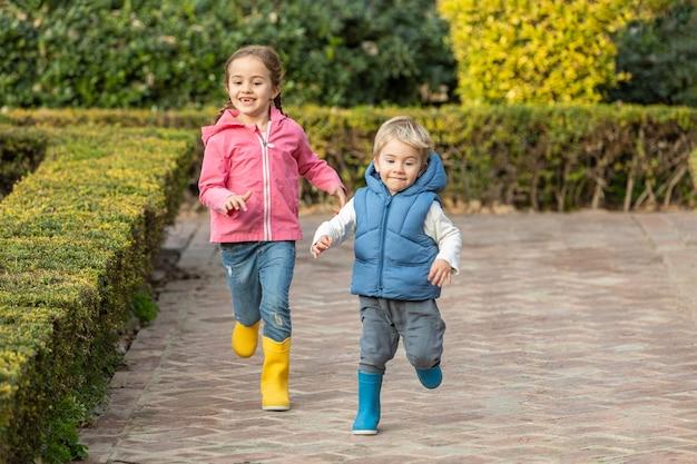 Giovani fratelli che corrono insieme Foto Premium