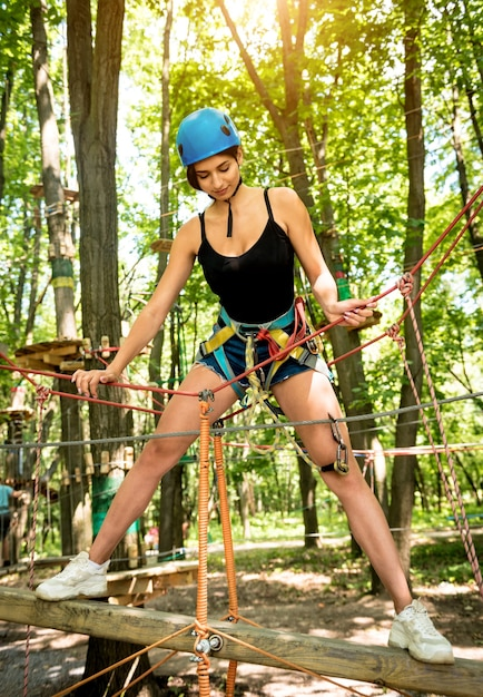 Giovane donna nel parco avventura avventura Foto Premium