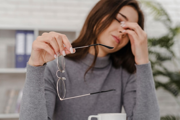 Giovane donna triste mentre si lavora da casa Foto Premium