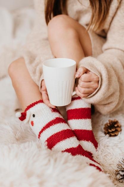 Giovane donna che tiene una tazza di tè Foto Premium