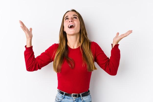 Giovane donna in posa urlando verso il cielo, guardando in alto, frustrato Foto Premium