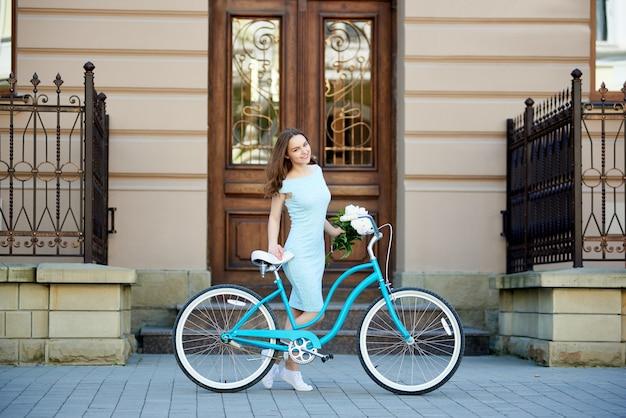 Bicicletta di guida della giovane donna Foto Premium