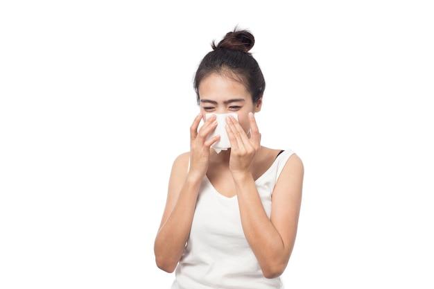 Giovane donna ammalata con allergia e starnuti nel tessuto isolato Foto Premium