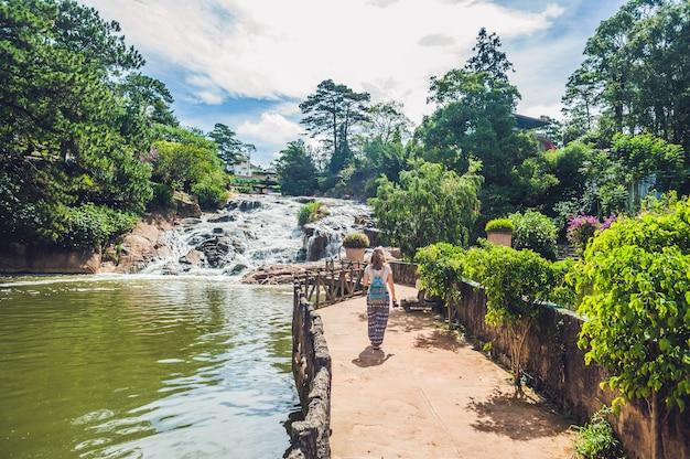 Giovane donna sulla superficie della bellissima cascata camly nella città di da lat, Foto Premium