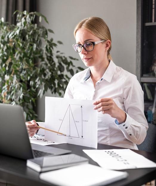 Giovane donna che insegna alla sua classe online Foto Premium