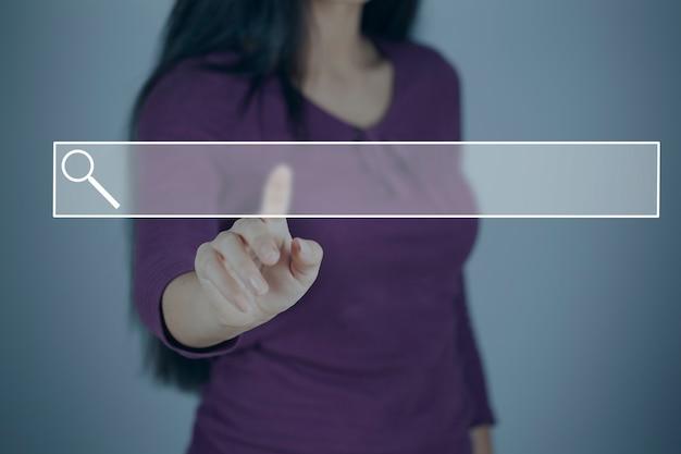 Giovane donna che tocca nello schermo Foto Premium