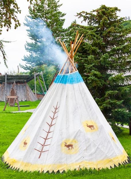 La yurta dei popoli del nord della kamchatka Foto Premium