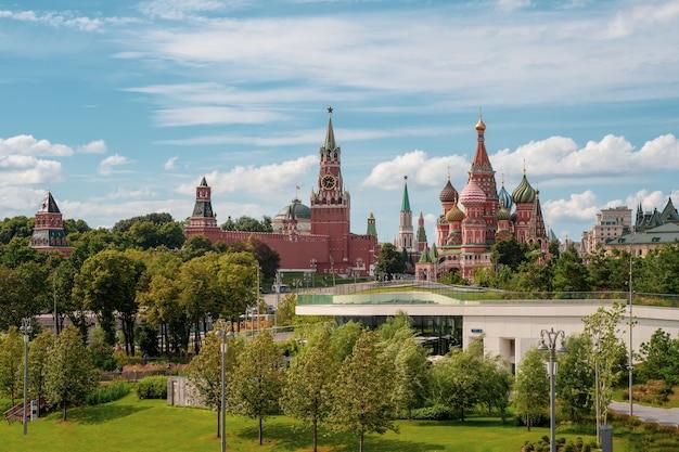 Parco zaryadye. cremlino di mosca e parco divertimenti zaryadye. russia. Foto Premium