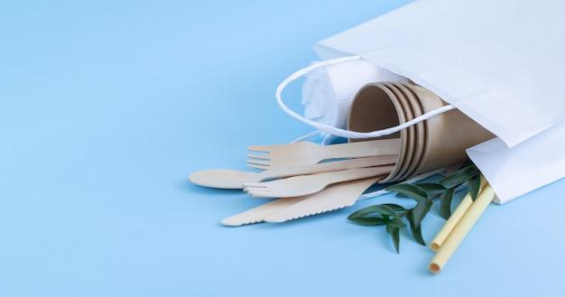 Concetto di rifiuti zero, stoviglie eco biodegradabili e posate in sacchetto di carta Foto Premium