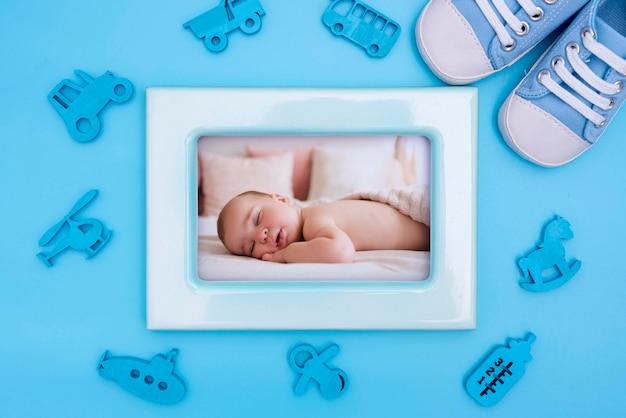 Decorazioni per baby shower con cornice e scarpe Psd Premium