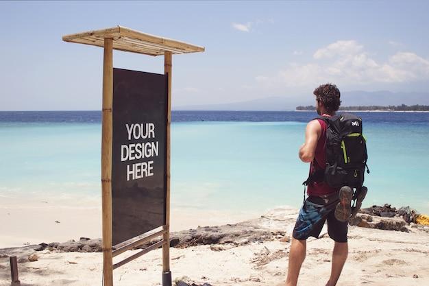 Beach trip black slate mockup con un viaggiatore Psd Premium