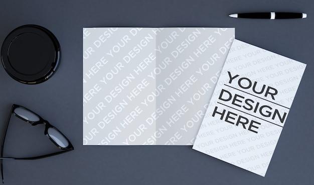 Brochure bifold sulla vista dall'alto del desktop mock up Psd Premium