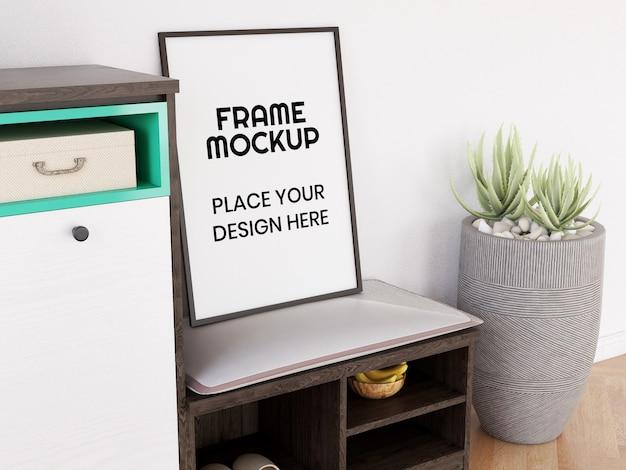 Mockup di cornice per foto in bianco sulla sedia Psd Premium
