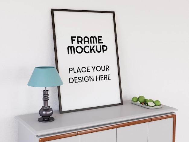 Mockup di cornice per foto in bianco sulla scrivania Psd Premium