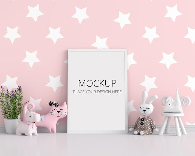 Cornice in bianco per il modello nella stanza di bambino rosa Psd Premium