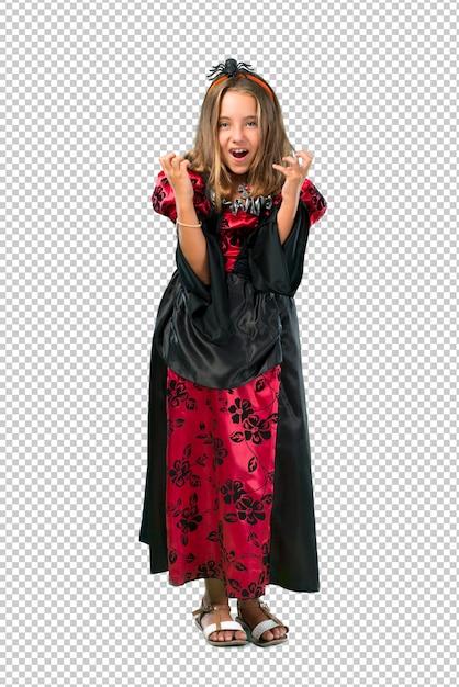 La bambina bionda vestita da vampiro per le vacanze di halloween si infastidisce arrabbiata in un gesto furioso Psd Premium
