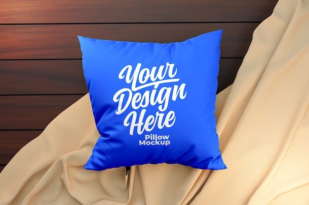 Mockup di cuscino blu su una superficie di legno Psd Premium