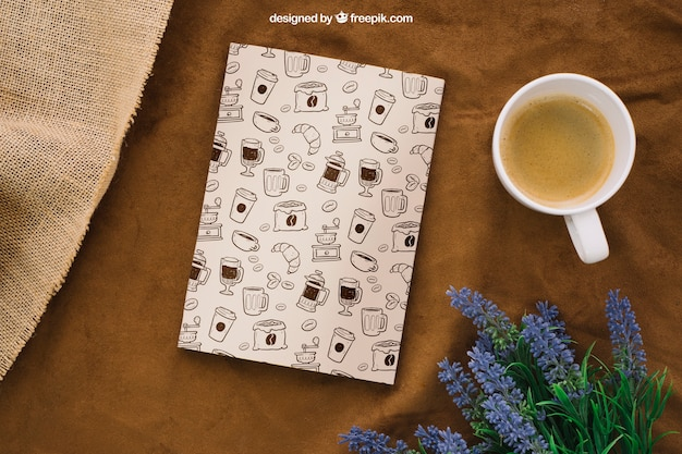 Composizione di copertina di libri con tazza di caffè e fiori Psd Premium