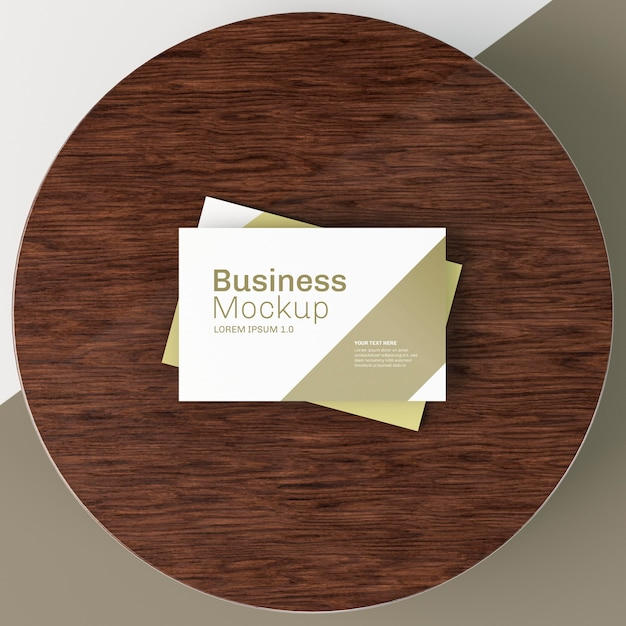 Modello di biglietto da visita su tavola di legno circolare Psd Premium