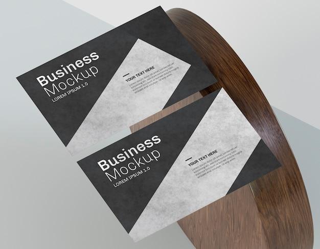 Mock-up di biglietti da visita e forma in legno Psd Premium