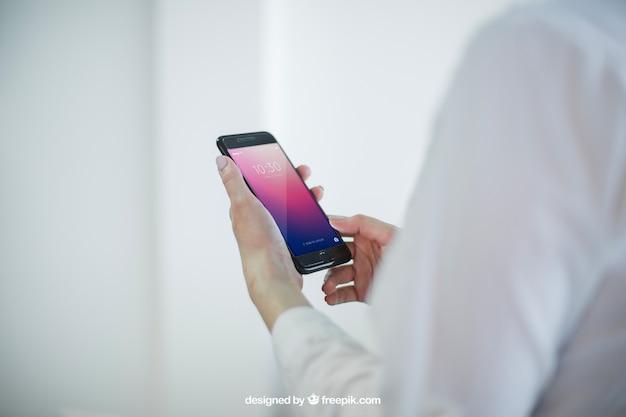 Business mock up con le mani che detengono lo smartphone Psd Premium
