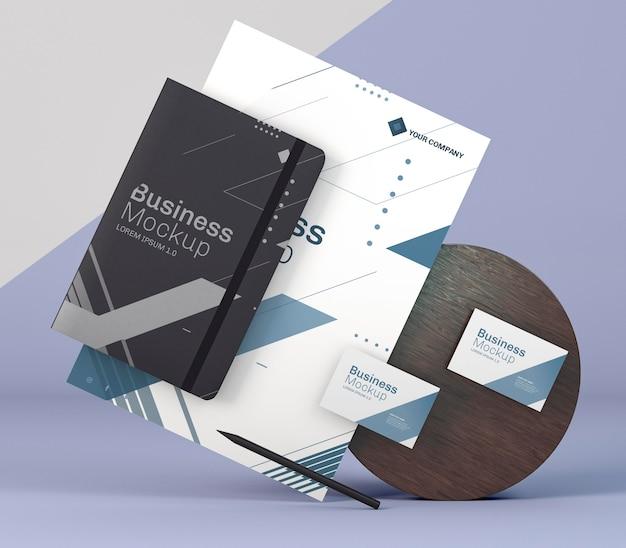 Modello di cancelleria aziendale e tavola di legno Psd Premium