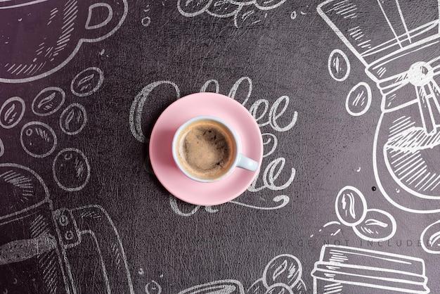 Tazza in ceramica con bevanda aromatica al caffè mattutina appena prodotta su uno sfondo di eco pelle artificiale nera mockup, spazio di copia lay piatto. Psd Premium