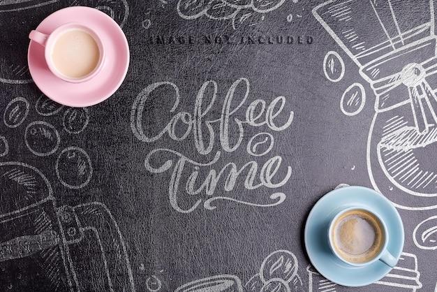 Tazze di ceramica con bevanda aromatica di caffè mattutina appena prodotta su uno sfondo di finta pelle ecopelle nera mockup, spazio di copia. lay piatto. Psd Premium