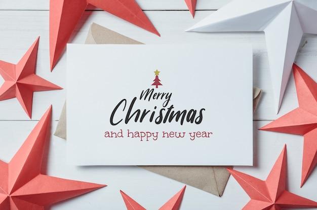 Cartolina di natale e ornamento di natale e decorazioni sulla plancia di legno bianca Psd Premium