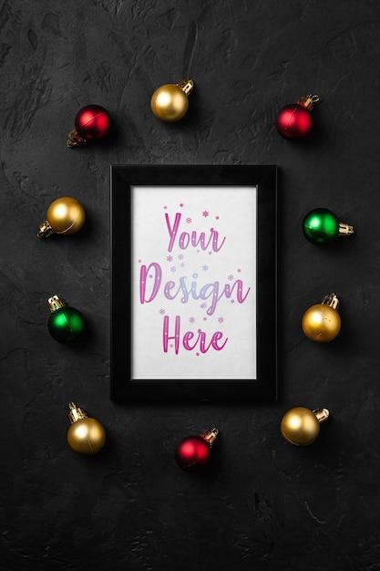 Composizione in natale con cornice vuota. ornamenti colorati decorazioni. mock up modello di biglietto di auguri Psd Premium