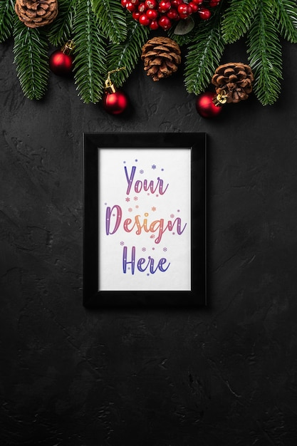 Composizione in natale con cornice vuota. ornamenti colorati, pigne e decorazioni di aghi di abete. mock up modello di biglietto di auguri Psd Premium