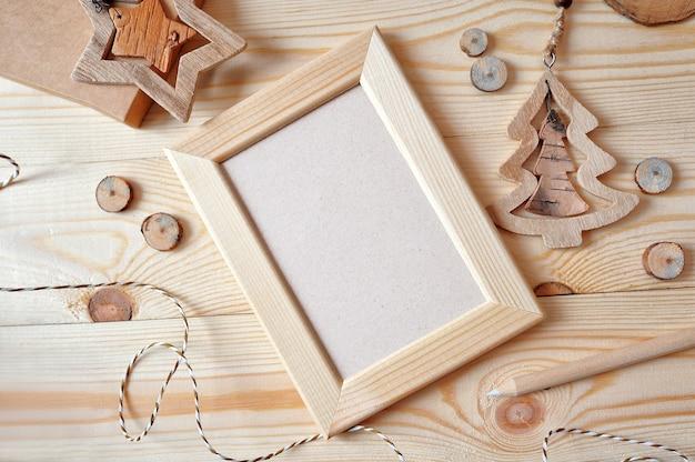 Cornice in legno di natale, stella e un albero di natale in legno Psd Premium