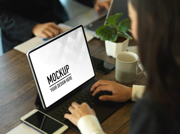 Chiuda in su della donna di affari che lavora con il modello della compressa digitale Psd Premium