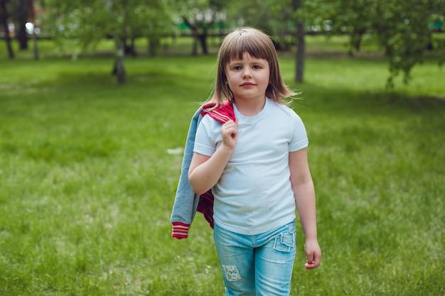 Primo piano su carino bambino indossa tshirt mockup Psd Premium