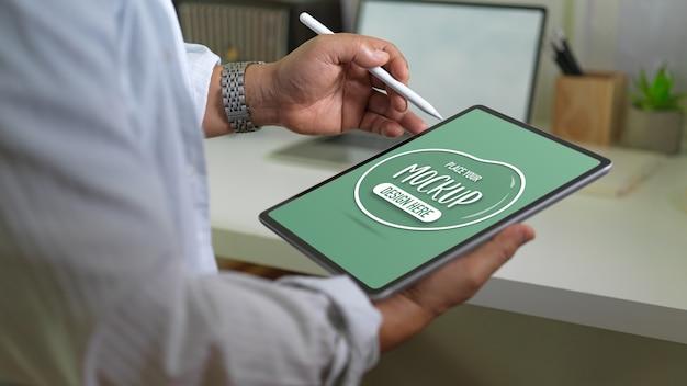 Vista ravvicinata di imprenditore azienda mockup tavoletta digitale e penna stilo Psd Premium