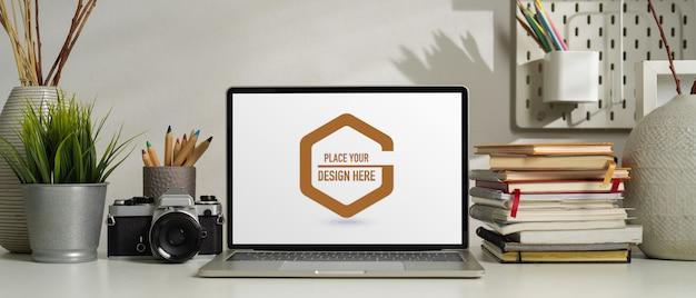 Vista ravvicinata della moderna stanza ufficio con mock up di computer portatile, forniture per ufficio e decorazioni Psd Premium