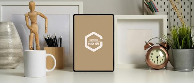 Vista ravvicinata della moderna stanza ufficio con mock up tablet, tazza di caffè e forniture per ufficio Psd Premium