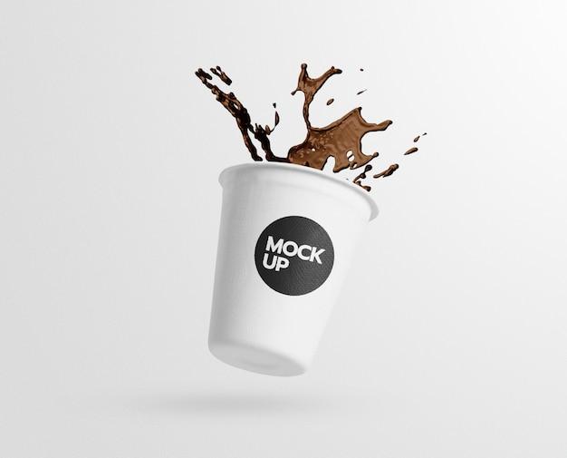 Mockup di caffè tazza di carta splash Psd Premium