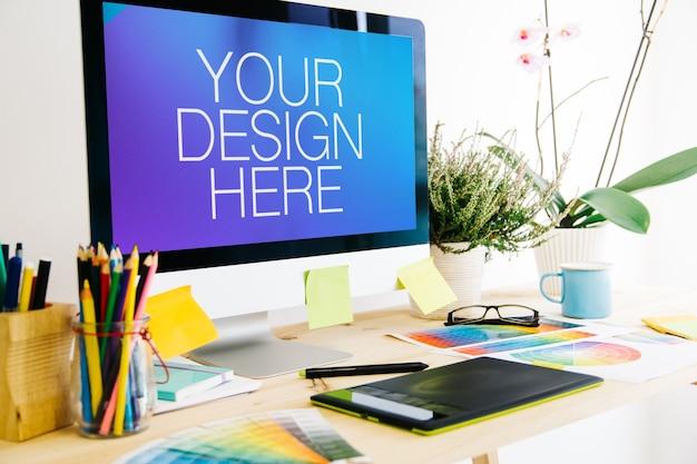 Computer su mockup desktop di progettazione grafica Psd Premium
