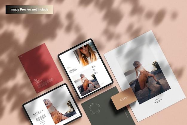 Mockup di cancelleria aziendale e tavoletta digitale, vista dall'alto Psd Premium